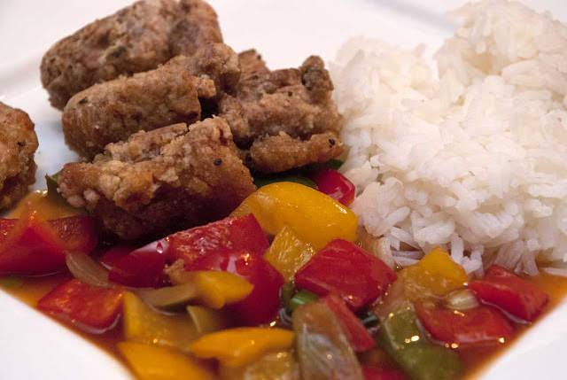 Sprø kyllingbiter m/sursøt saus