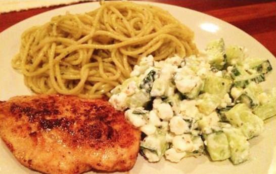 Pestopasta med kylling og agurk/Cottage Cheese-salat med hvitløk